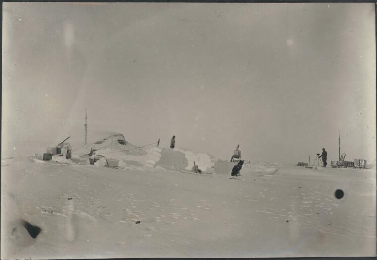 Hoadley, Charles Archibald, 1887-1947. The vicinity of the Grottoes, [Australasian Antarctic Expedition, 1911-1914] [picture]
